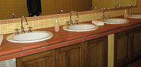 mobili sotto il lavabo del bagno